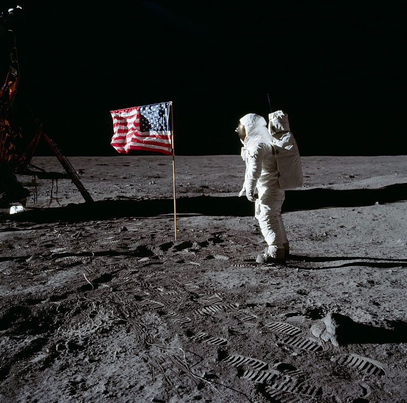 Buzz_Aldrin_and_the_U.S._flag_on_the_Moon_-_GPN-2001-000012.jpg